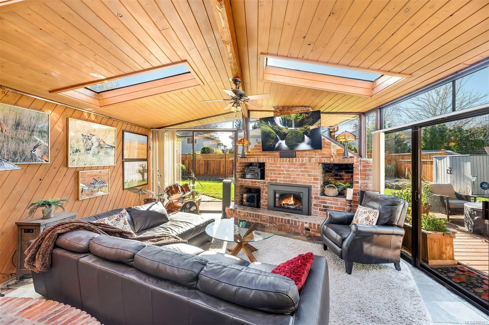 Main Photo: 2548 Wesley Pl in : Vi Oaklands House for sale (Victoria)  : MLS®# 866371