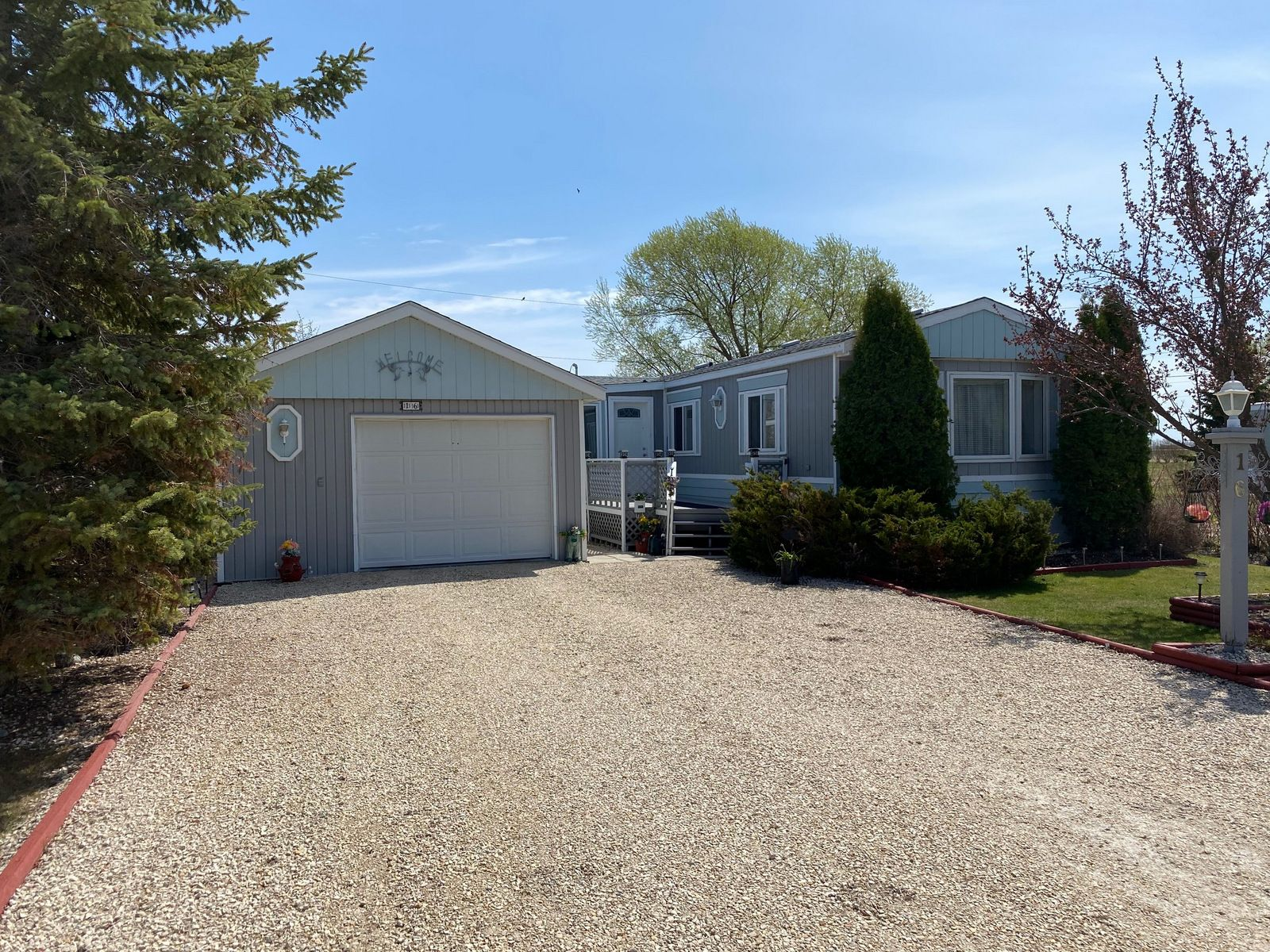 Main Photo: 16 King Crescent in Portage la Prairie RM: House for sale : MLS®# 202112003