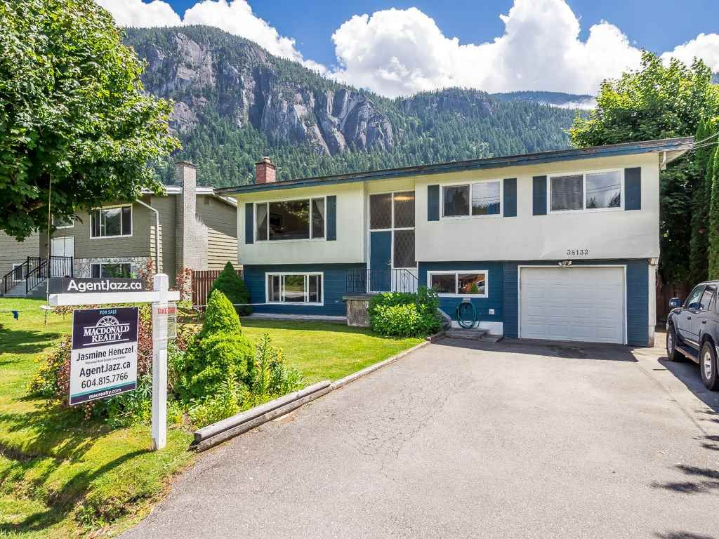 "Main Photo: 38132 HEMLOCK Avenue in Squamish: Valleycliffe House for sale in ""Valleycliffe"" : MLS(r) # R2179342"