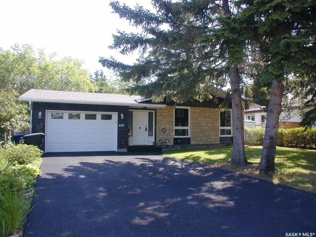 Main Photo: 1681 Bader Crescent in Saskatoon: Montgomery Place Residential for sale : MLS®# SK859402