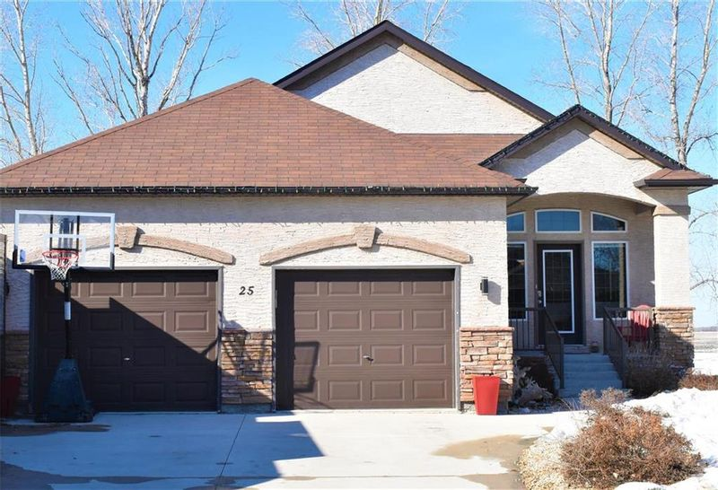 FEATURED LISTING: 25 Rossmere Crescent Stonewall