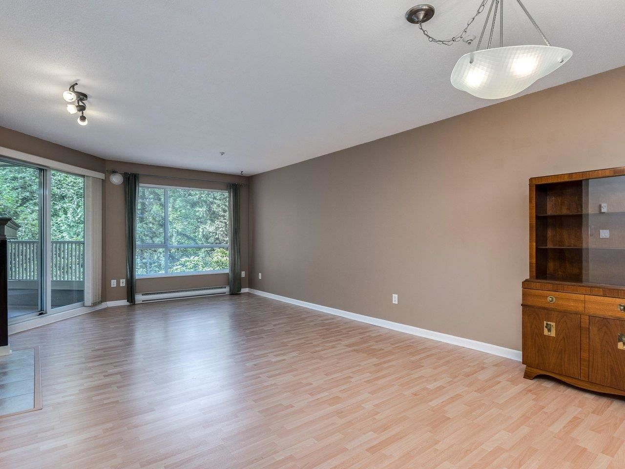 """Photo 5: Photos: 320 1252 TOWN CENTRE Boulevard in Coquitlam: Canyon Springs Condo for sale in """"The Kennedy"""" : MLS®# R2595291"""