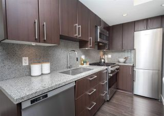 """Photo 8: 557 168 W 1ST Avenue in Vancouver: False Creek Condo for sale in """"WALL CENTRE FALSE CREEK WEST TOWER"""" (Vancouver West)  : MLS®# R2372215"""