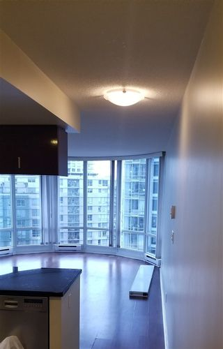"Photo 4: 1007 1067 MARINASIDE Crescent in Vancouver: Yaletown Condo for sale in ""QUAY WEST"" (Vancouver West)  : MLS®# R2539975"