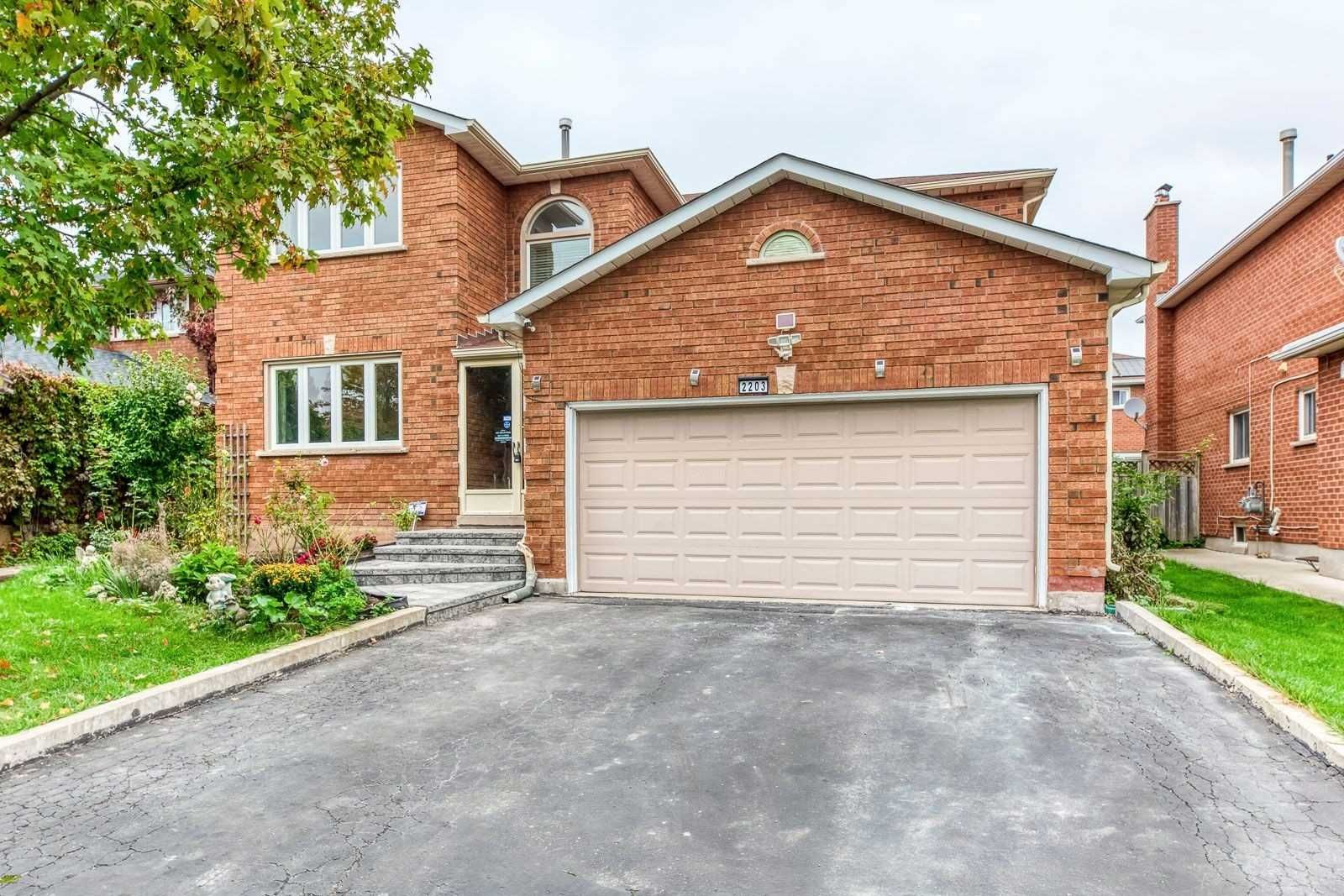 Main Photo: 2203 Golden Briar Trail in Oakville: Iroquois Ridge North House (2-Storey) for sale : MLS®# W5395140