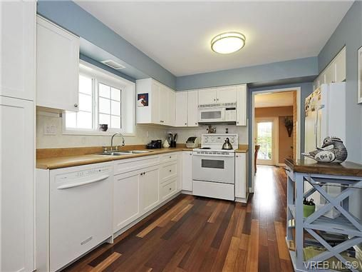 Photo 9: Photos: 2320 Hollyhill Pl in VICTORIA: SE Arbutus Half Duplex for sale (Saanich East)  : MLS®# 652006