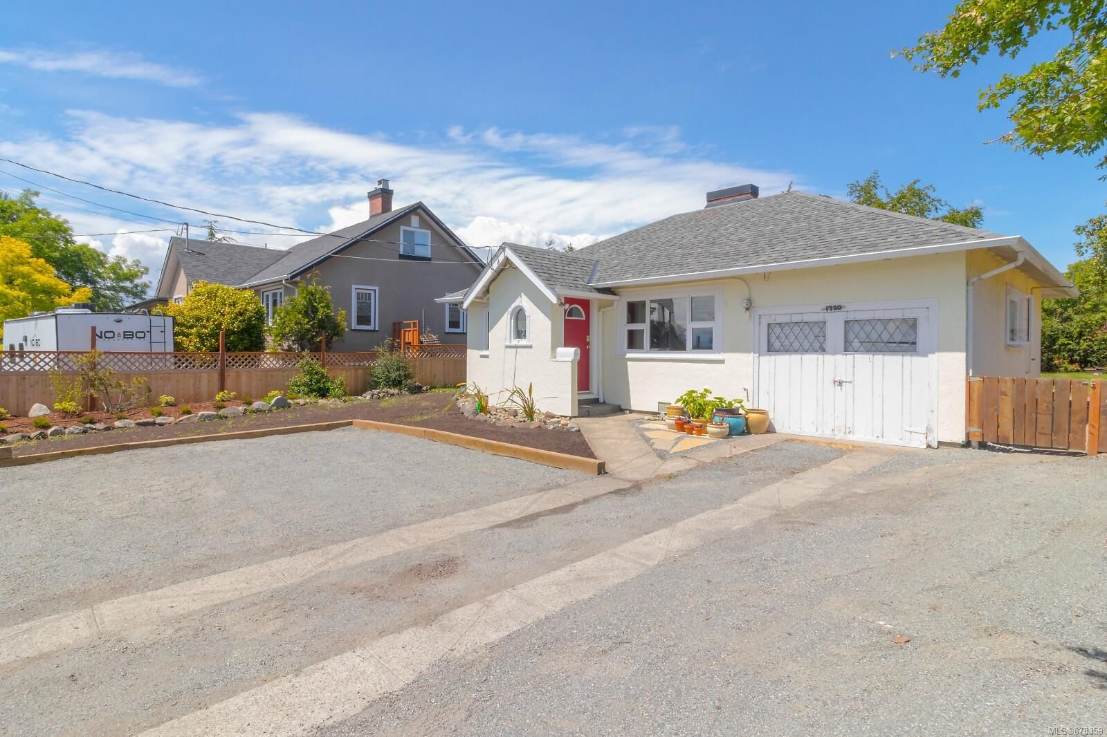 Main Photo: 1720 Lansdowne Rd in : SE Camosun House for sale (Saanich East)  : MLS®# 878359
