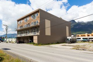 "Photo 2: 404 38142 CLEVELAND Avenue in Squamish: Downtown SQ Condo for sale in ""Cleveland Courtyard"" : MLS®# R2285738"