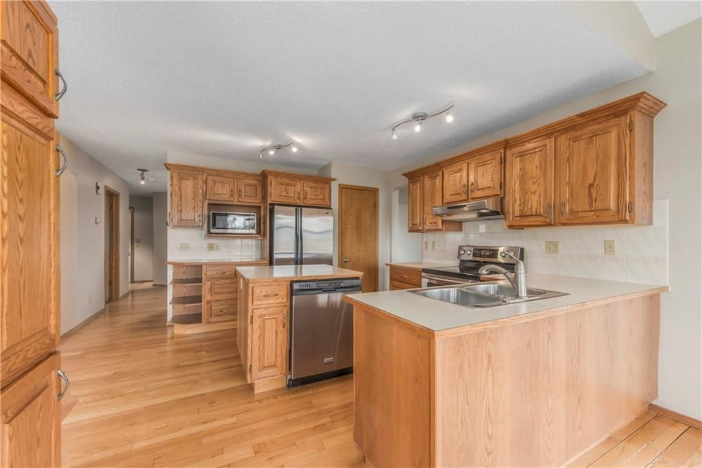 Photo 11: Photos: 2603 SIGNAL RIDGE View SW in Calgary: Signal Hill House for sale : MLS®# C4177922