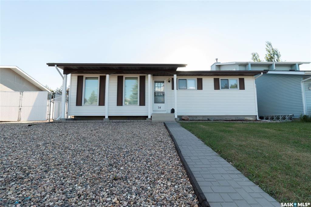 Main Photo: 74 Robinson Crescent in Saskatoon: Dundonald Residential for sale : MLS®# SK872231