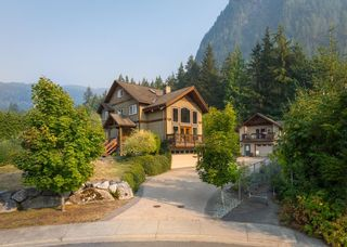 """Photo 1: 1002 BALSAM Place in Squamish: Valleycliffe House for sale in """"RAVENS PLATEAU"""" : MLS®# R2611481"""