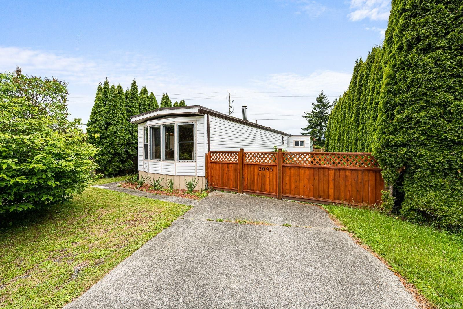 Main Photo: 2095 Pemberton Pl in : CV Comox (Town of) Manufactured Home for sale (Comox Valley)  : MLS®# 879116