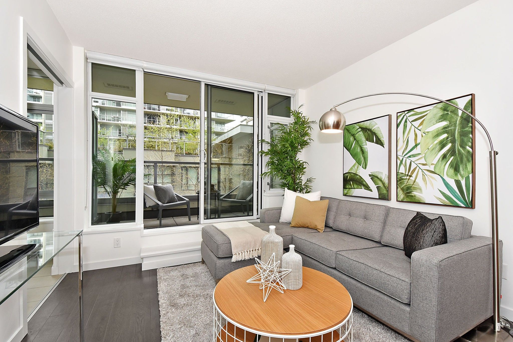 """Photo 3: Photos: 306 138 W 1ST Avenue in Vancouver: False Creek Condo for sale in """"WALL CENTRE FALSE CREEK"""" (Vancouver West)  : MLS®# R2360592"""
