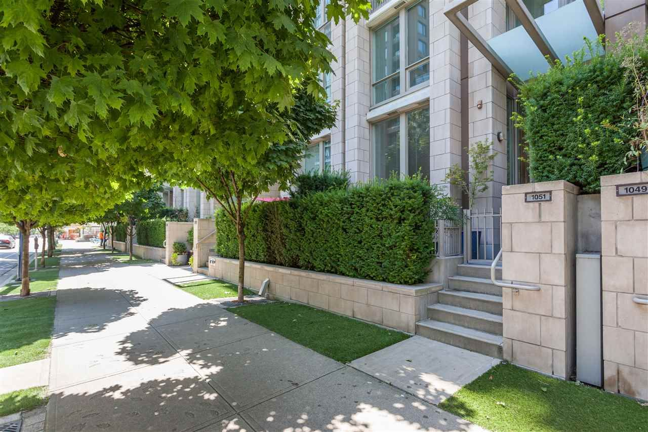 """Main Photo: 1051 RICHARDS Street in Vancouver: Downtown VW Townhouse for sale in """"DONOVAN"""" (Vancouver West)  : MLS®# R2198101"""