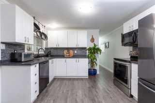 """Photo 11: 74 1840 160 Street in Surrey: King George Corridor Manufactured Home for sale in """"Breakaway Bays"""" (South Surrey White Rock)  : MLS®# R2431476"""