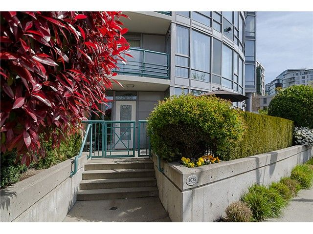 """Main Photo: 1035 MARINASIDE Crescent in Vancouver: Yaletown Townhouse for sale in """"Quaywest"""" (Vancouver West)  : MLS®# V1003827"""