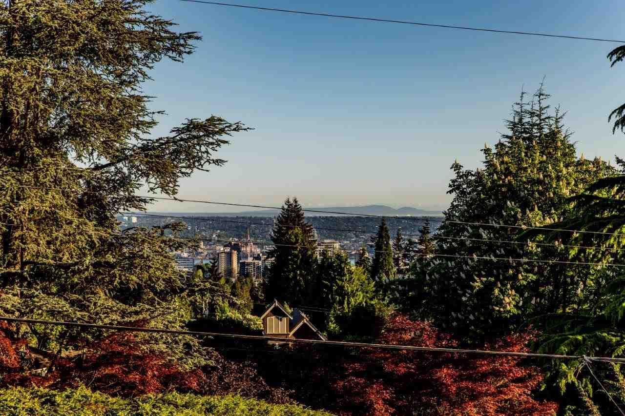 Main Photo: 190 E ST. JAMES Road in North Vancouver: Upper Lonsdale House for sale : MLS®# R2497390