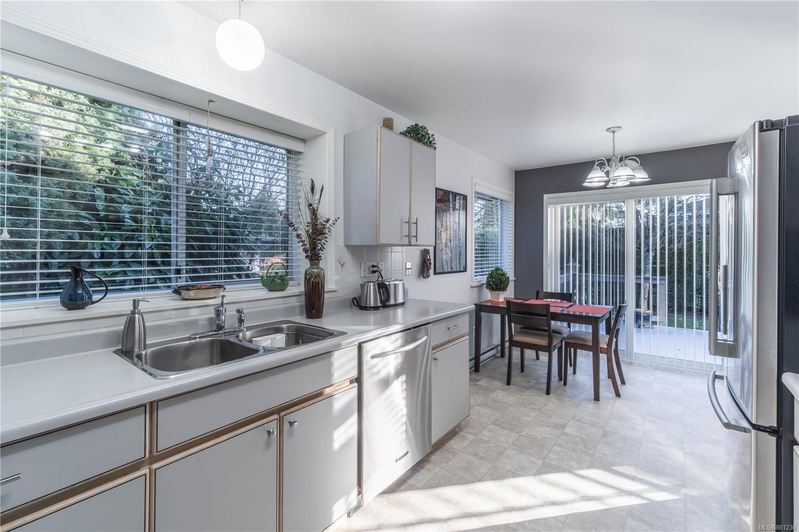 Photo 3: Photos: 2463 Costa Vista Pl in : CS Tanner House for sale (Central Saanich)  : MLS®# 861236