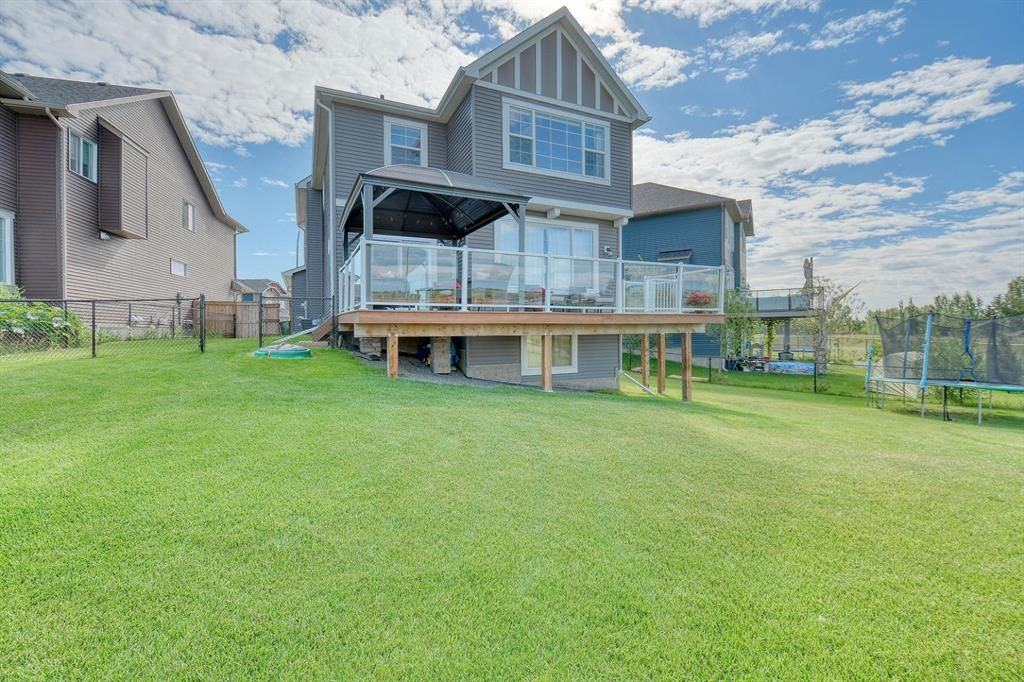 Enormous yard for your family to enjoy!