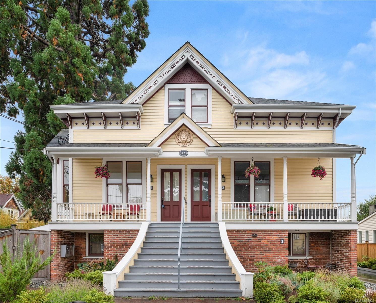 Main Photo: 2 1731 Albert Ave in Victoria: Vi Jubilee Row/Townhouse for sale : MLS®# 886521