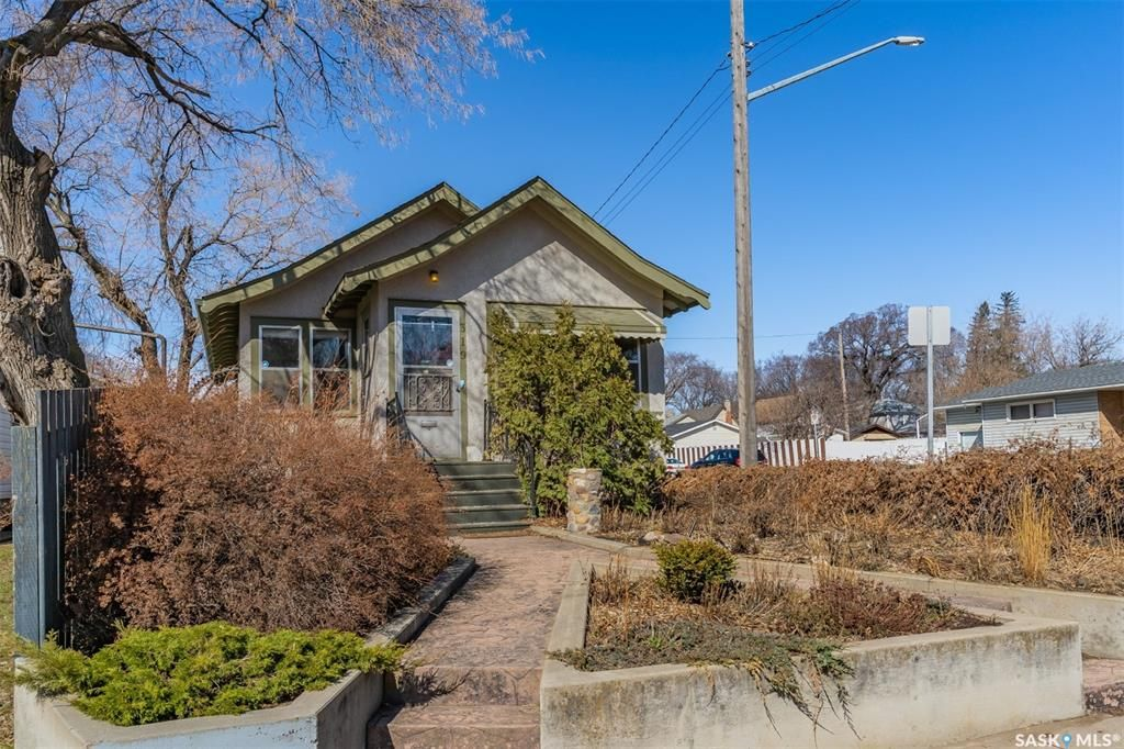 Main Photo: 319 H Avenue North in Saskatoon: Westmount Residential for sale : MLS®# SK849865