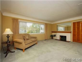 Photo 2: Photos: 3393 Henderson Road in VICTORIA: OB Henderson Residential for sale (Oak Bay)  : MLS®# 304938