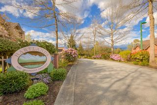 """Photo 2: 2 5201 OAKMOUNT Crescent in Burnaby: Oaklands Townhouse for sale in """"HARLANDS"""" (Burnaby South)  : MLS®# R2161248"""