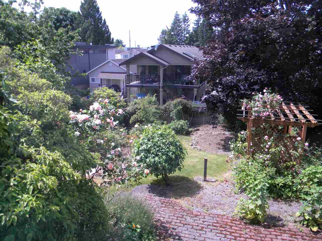 """Photo 2: Photos: 939 LEE Street: White Rock House for sale in """"East Beach"""" (South Surrey White Rock)  : MLS®# R2376460"""