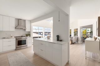 """Photo 3: 3310 33 CHESTERFIELD Place in North Vancouver: Lower Lonsdale Condo for sale in """"HARBOURVIEW PARK"""" : MLS®# R2610406"""