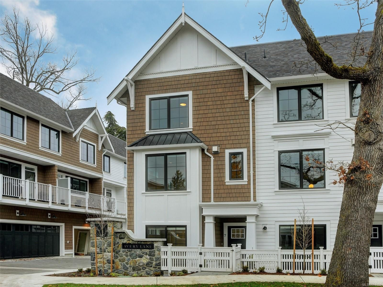 Main Photo: 7 1810 Kings Rd in : SE Camosun Row/Townhouse for sale (Saanich East)  : MLS®# 861155