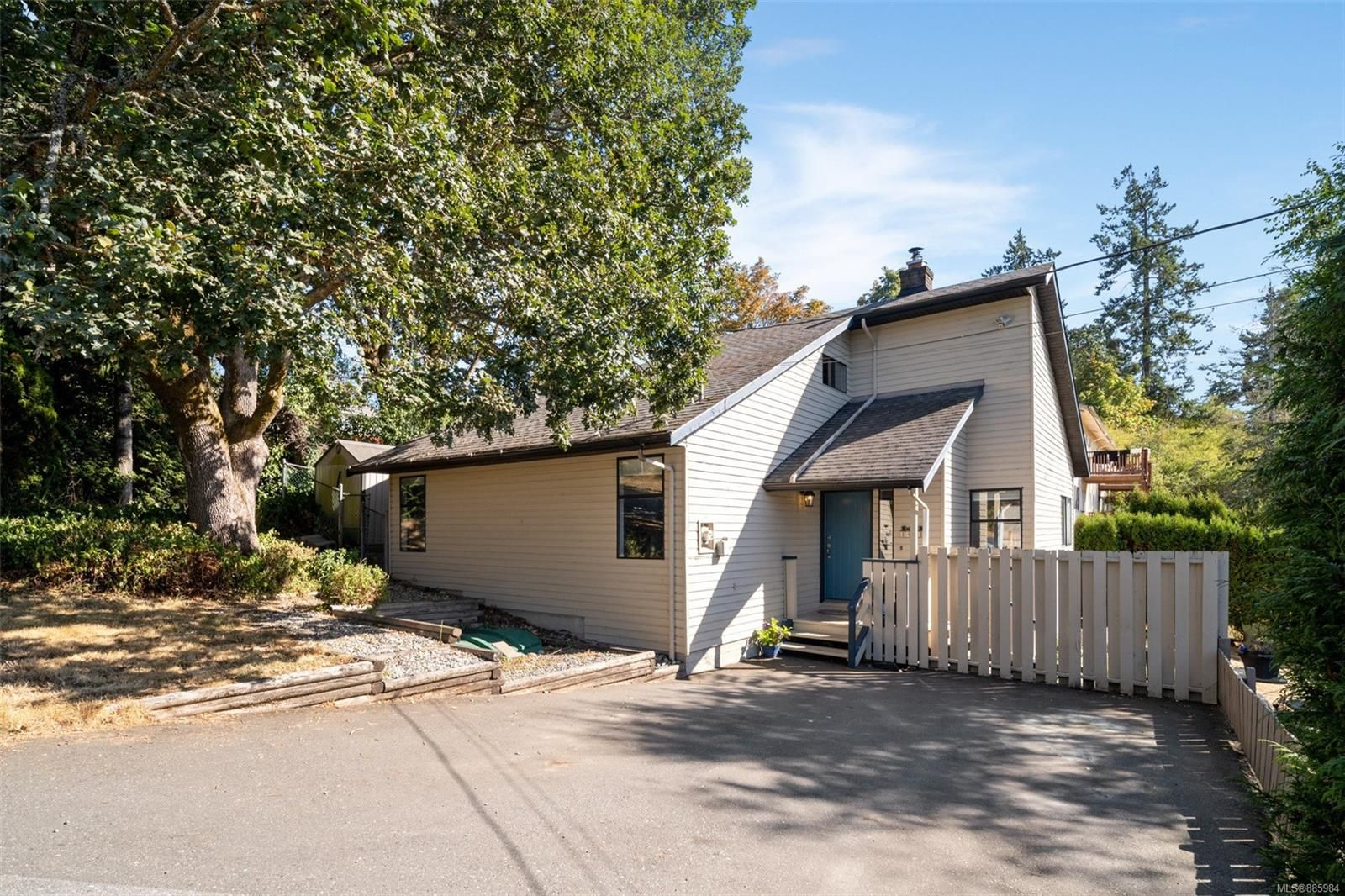 Main Photo: 1401 Hastings St in : SW Strawberry Vale House for sale (Saanich West)  : MLS®# 885984