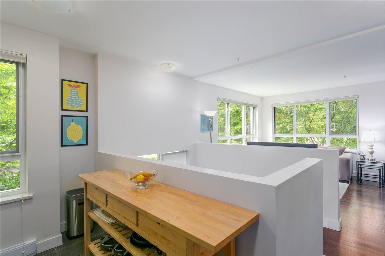 """Photo 8: Photos: 401 E 16TH Avenue in Vancouver: Mount Pleasant VE Condo for sale in """"Sixteen East"""" (Vancouver East)  : MLS®# R2494870"""