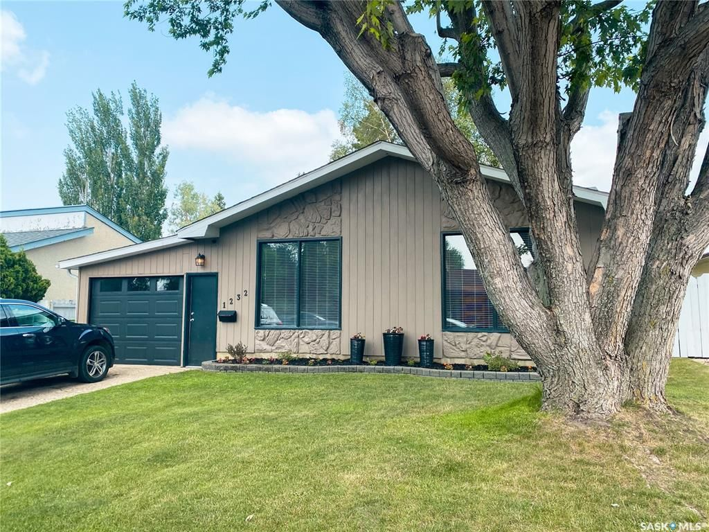 Main Photo: 1232 McKay Drive in Prince Albert: Crescent Heights Residential for sale : MLS®# SK864692