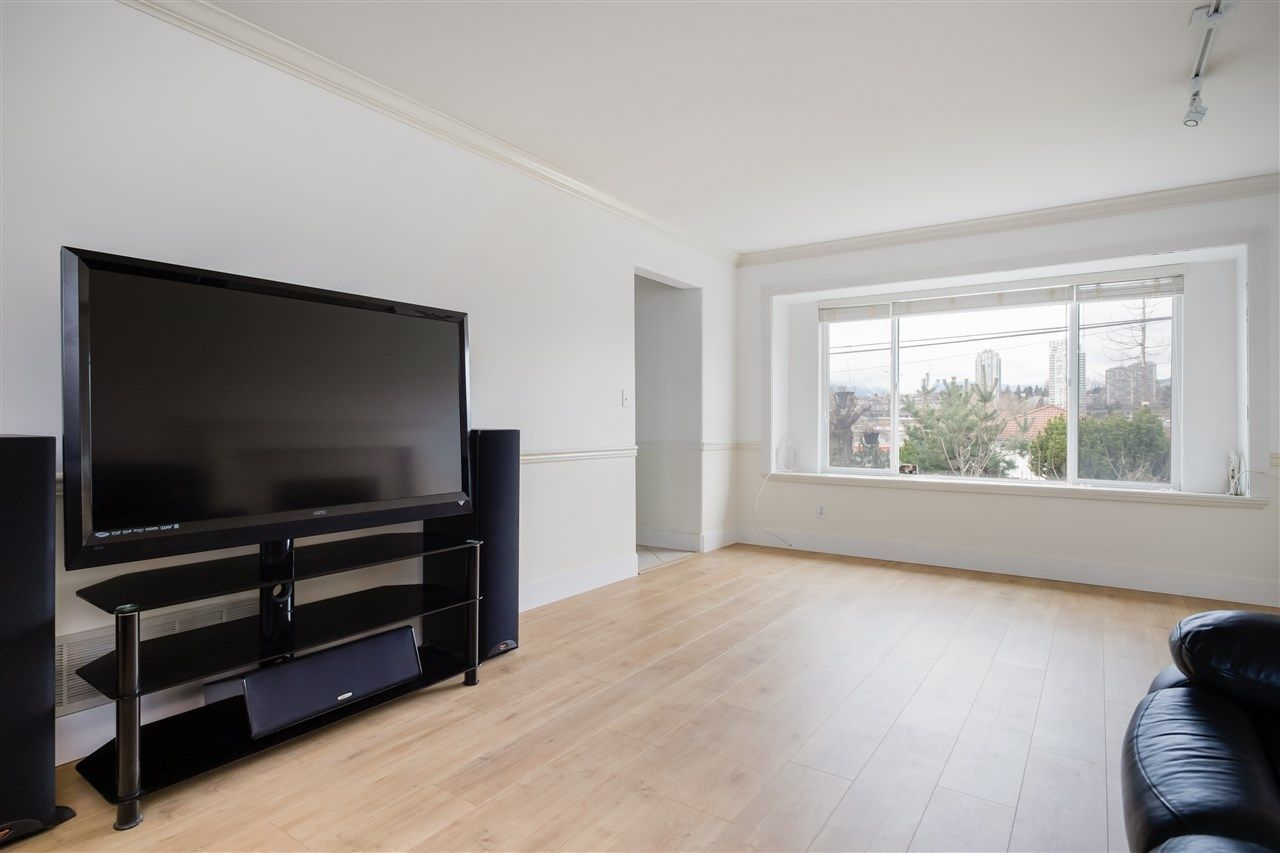 Photo 4: Photos: 5046 MANOR Street in Burnaby: Central BN 1/2 Duplex for sale (Burnaby North)  : MLS®# R2441372
