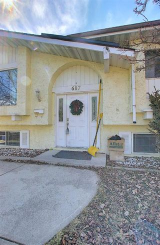 Photo 2: 687 Brookpark Drive SW in Calgary: Braeside Detached for sale : MLS®# A1093005