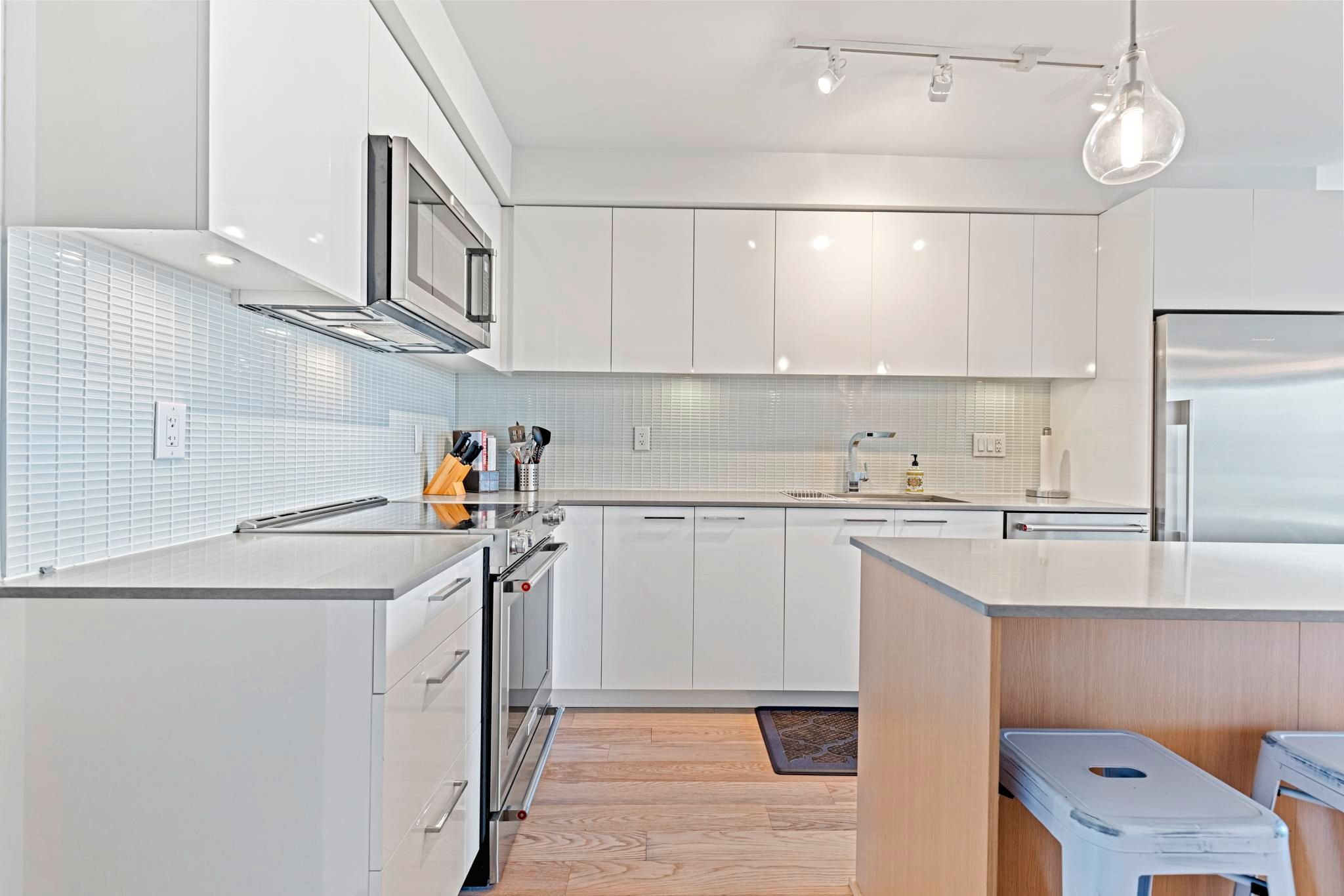 """Main Photo: 406 233 KINGSWAY Avenue in Vancouver: Mount Pleasant VE Condo for sale in """"VYA"""" (Vancouver East)  : MLS®# R2625191"""