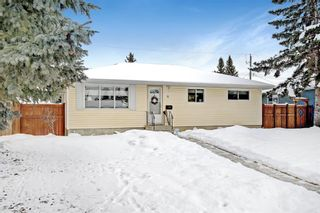 Photo 1: 33 Wakefield Drive SW in Calgary: Westgate Detached for sale : MLS®# A1070193