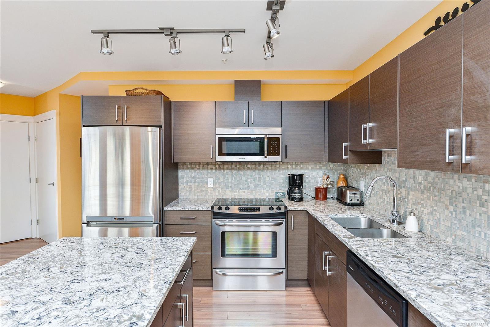 Main Photo: 207 935 Cloverdale Ave in Saanich: SE Quadra Condo for sale (Saanich East)  : MLS®# 886527