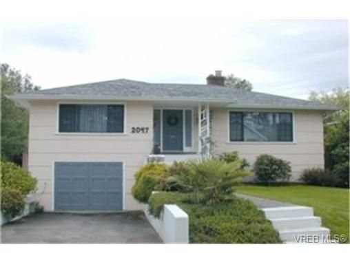 Main Photo: 2047 Neil St in VICTORIA: OB Henderson House for sale (Oak Bay)  : MLS®# 340093