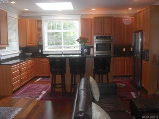 Photo 3: 1676 Chandler Ave in VICTORIA: Vi Fairfield East House for sale (Victoria)  : MLS®# 501950