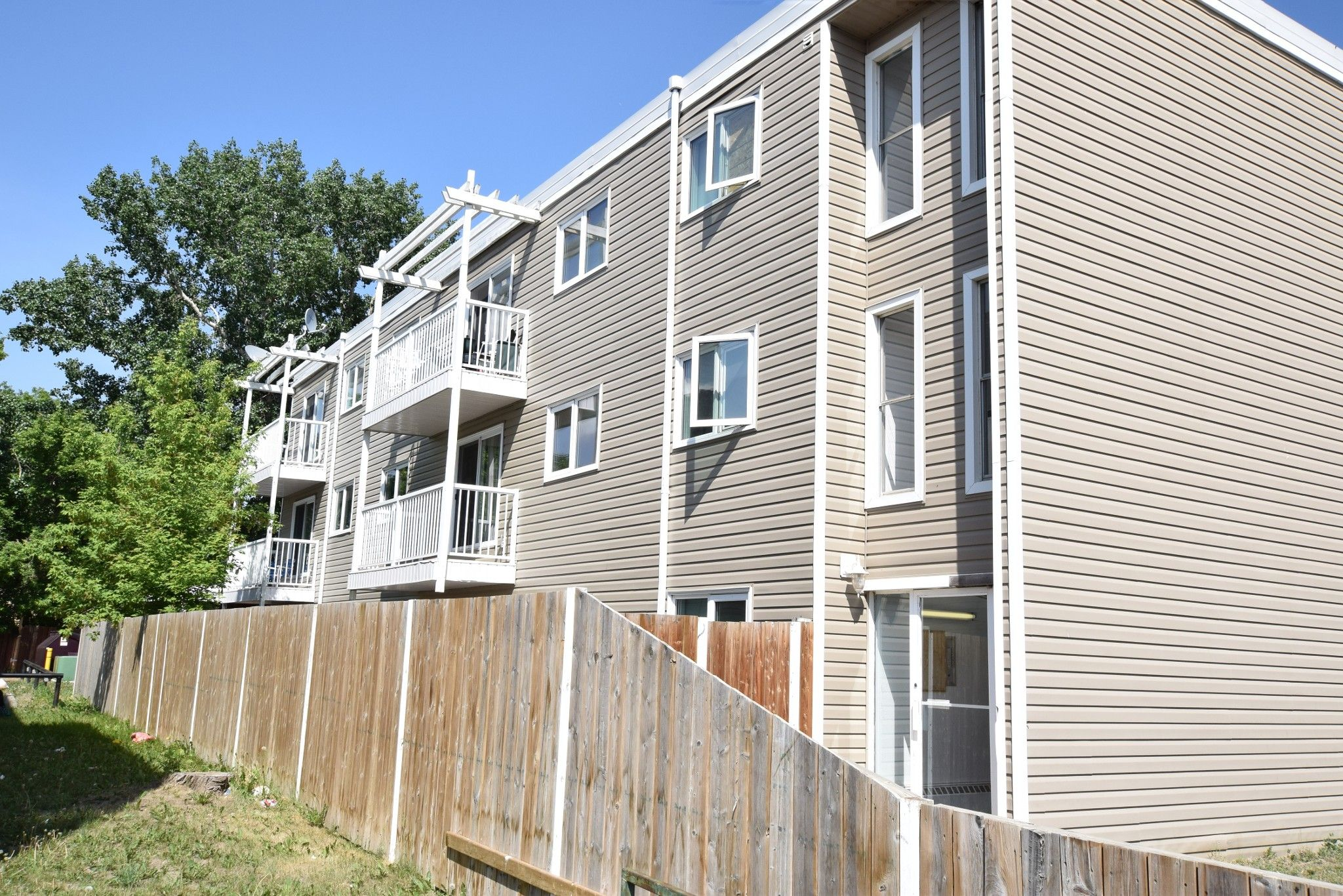 Main Photo: 302 1048 East 3 Avenue in Brooks: Multi-family for rent
