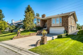 Photo 2: 555 Coach Light Bay SW in Calgary: Coach Hill Detached for sale : MLS®# A1144688