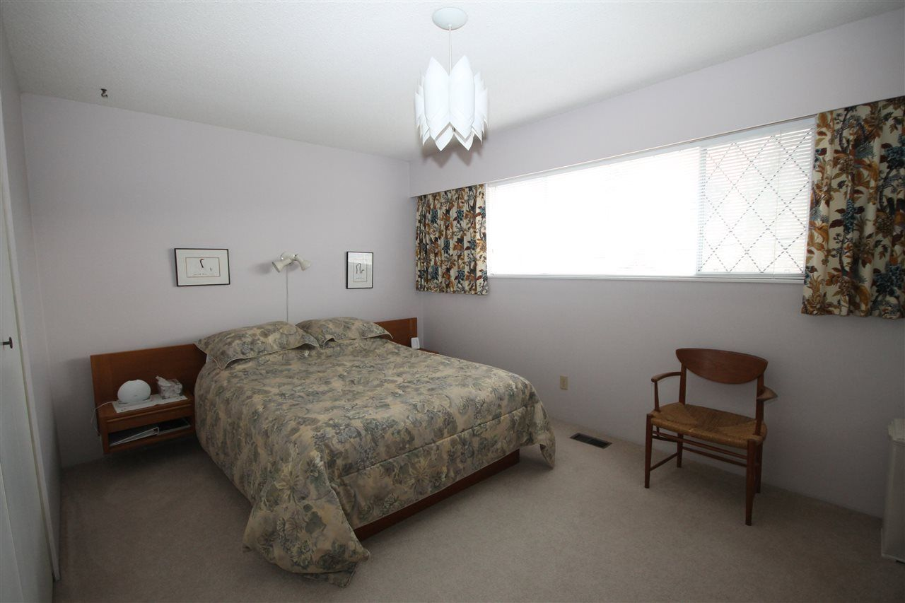 """Photo 8: Photos: 15681 GOGGS Avenue: White Rock House for sale in """"White Rock"""" (South Surrey White Rock)  : MLS®# R2151652"""