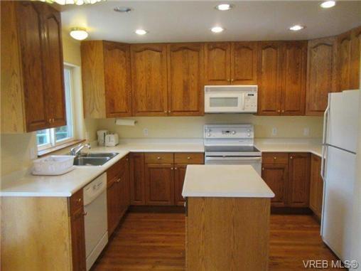 Photo 10: Photos: 725 Martlett Dr in VICTORIA: Hi Western Highlands House for sale (Highlands)  : MLS®# 662045