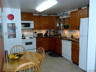 Photo 1: 107 3048 Washington Ave in VICTORIA: Vi Burnside Row/Townhouse for sale (Victoria)  : MLS®# 627051