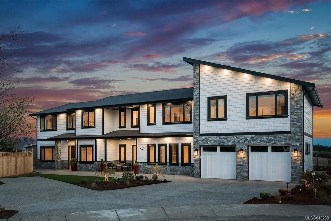 Main Photo: 301 Kenning Crt in Colwood: Co Royal Bay House for sale : MLS®# 840200