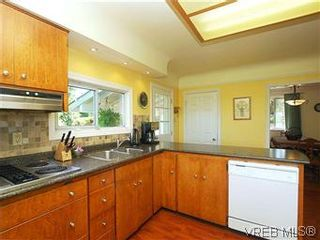 Photo 16: 518 Broadway St in VICTORIA: SW Glanford House for sale (Saanich West)  : MLS®# 583235