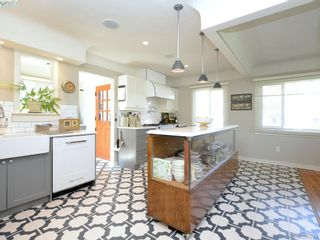 Photo 5: 2490 Dryfe St in VICTORIA: OB Henderson House for sale (Oak Bay)  : MLS®# 784390