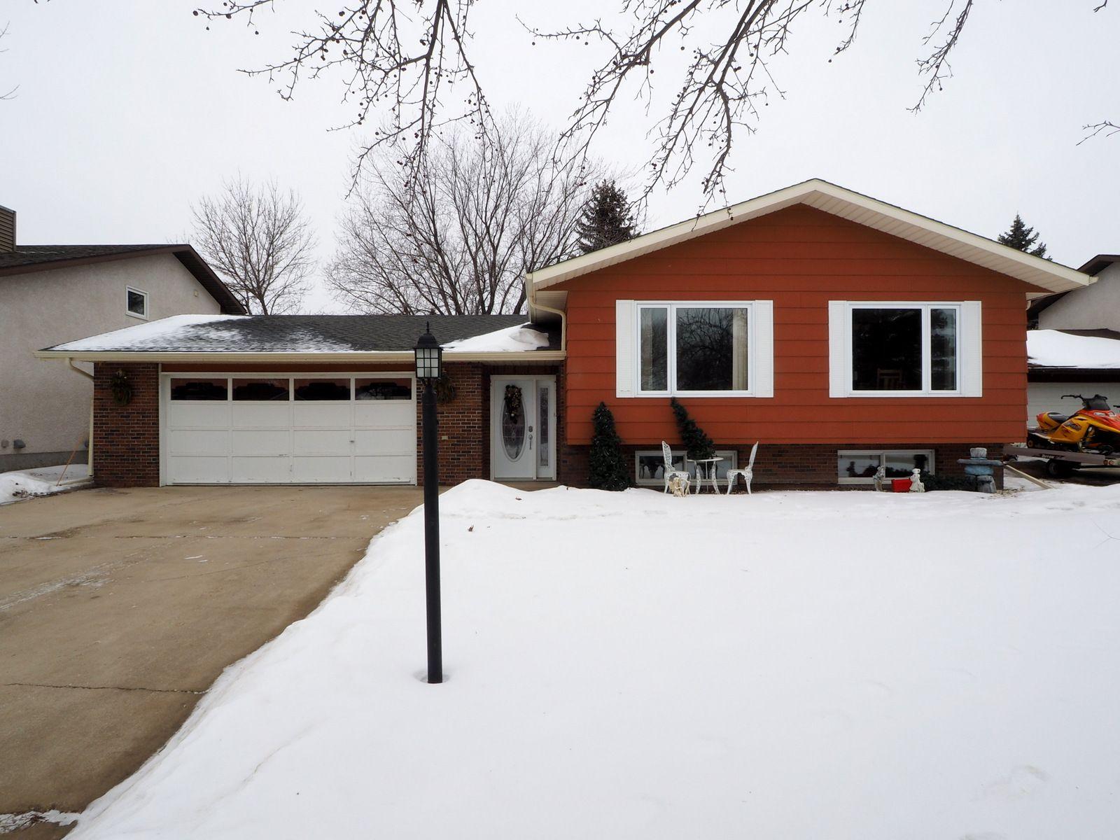 Main Photo: 36 Burns Bay in Portage la Prairie: House for sale : MLS®# 202102273