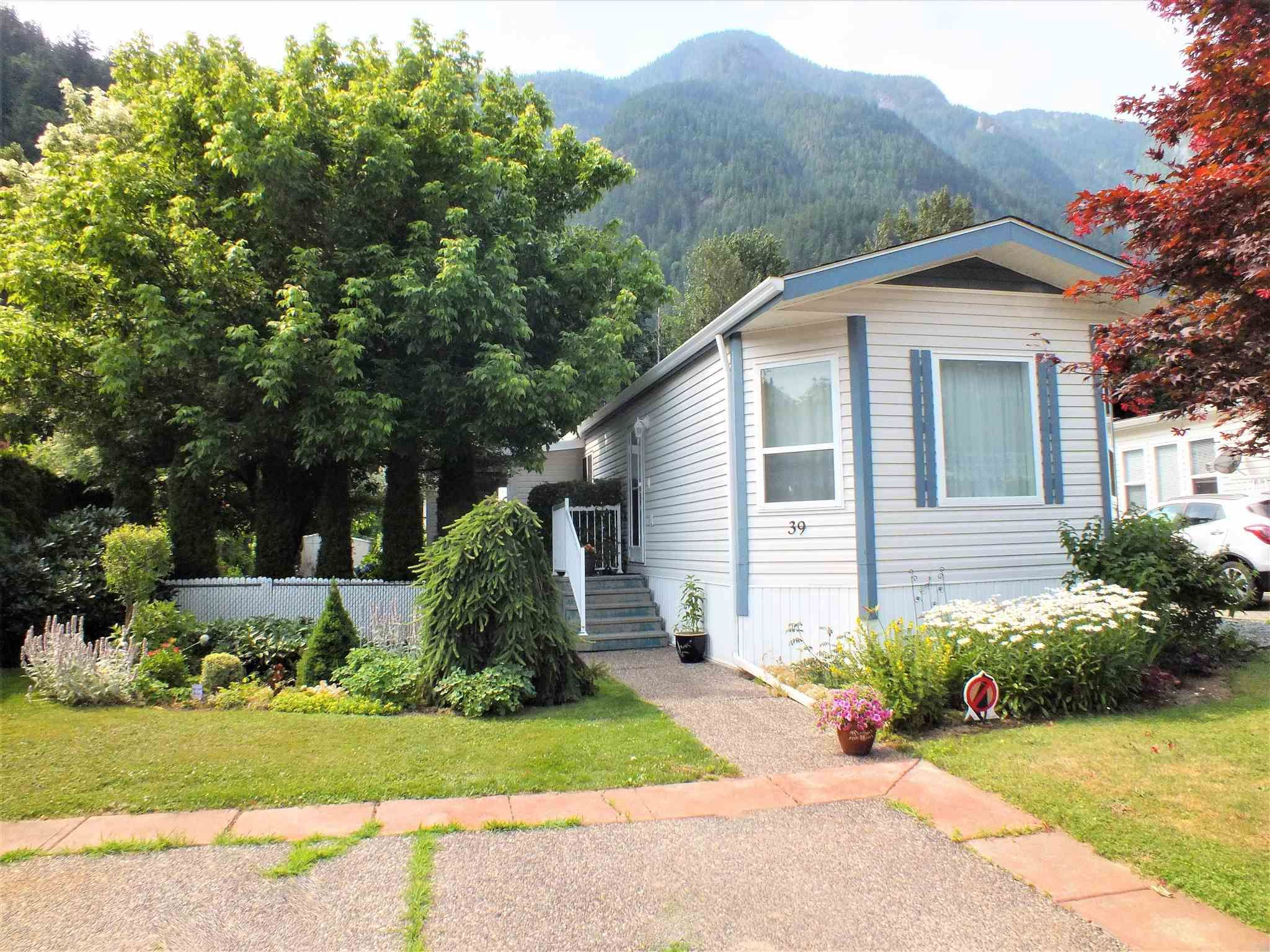 """Main Photo: 39 62790 FLOOD HOPE Road in Hope: Hope Silver Creek Manufactured Home for sale in """"SILVER RIDGE ESTATES"""" : MLS®# R2600283"""